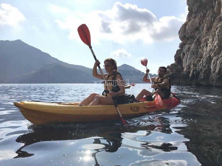 在马略卡岛海岸划皮划艇