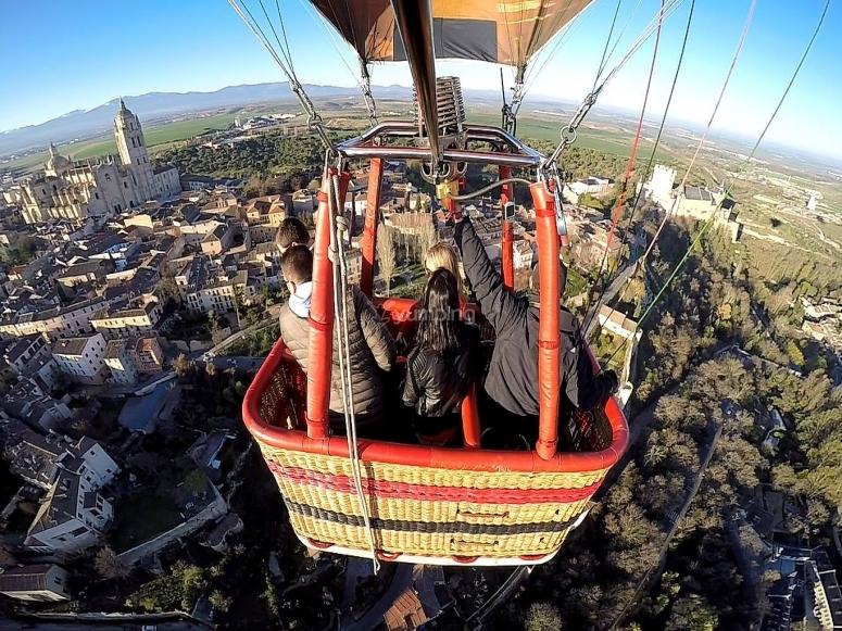 En la cesta del globo volando