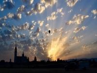 Iniciando el vuelo en globo al amanecer