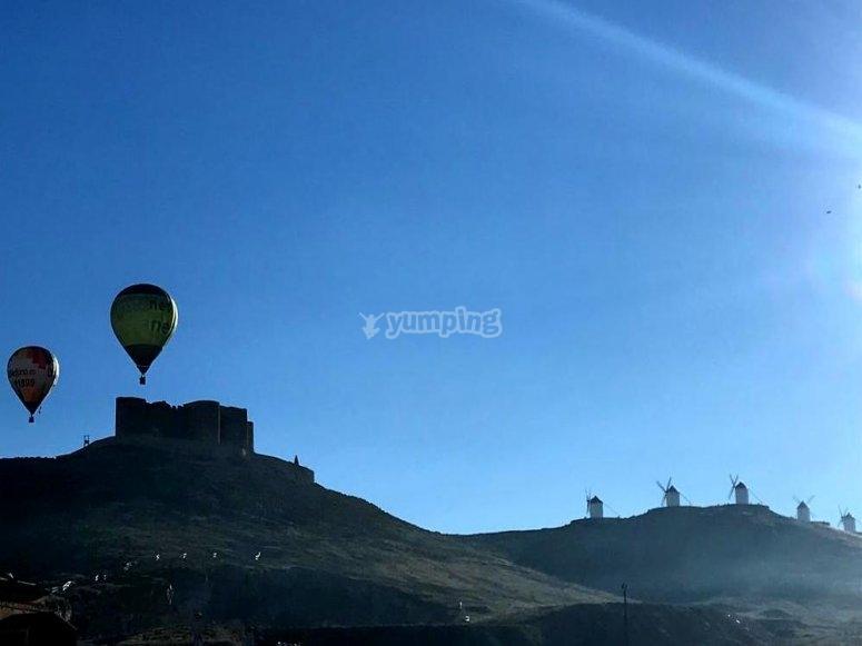 令人难以置信的地方,在阳光灿烂的日子气球飞行