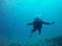 Abriendo los brazos entre los peces