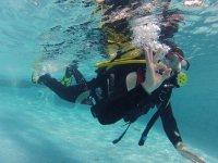 Buceador comunicandose bajo el agua