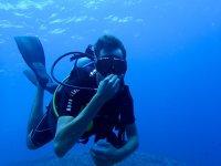 Submarinista tapandose la nariz