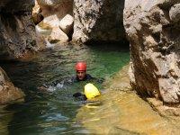 Nadando después de bajar un barranco