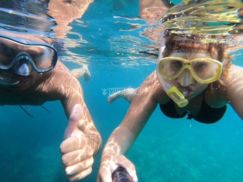 Material de snorkel durante la salida en barco