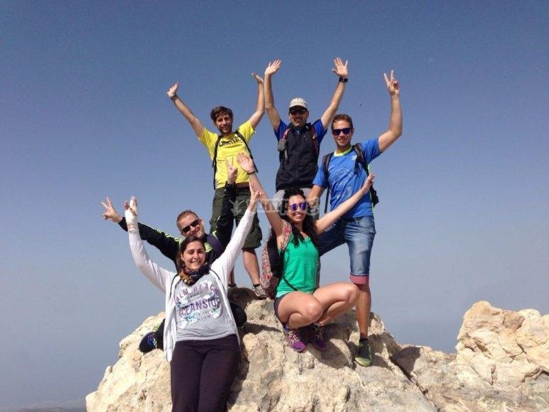 En lo más alto del Pico del Teide practicando senderismo