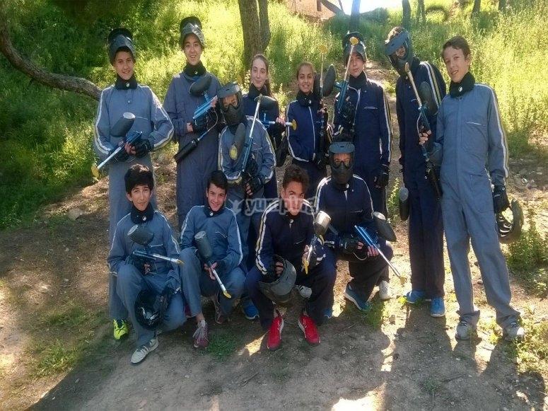 Grupo de amigos listos para sesión de paintball en Juneda