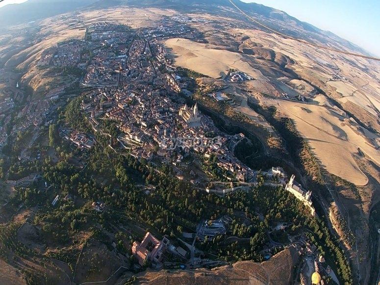 从气球中欣赏塞哥维亚的全景