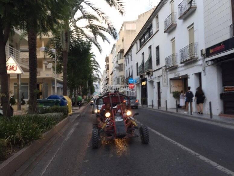 Recorriendo las calles en buggy
