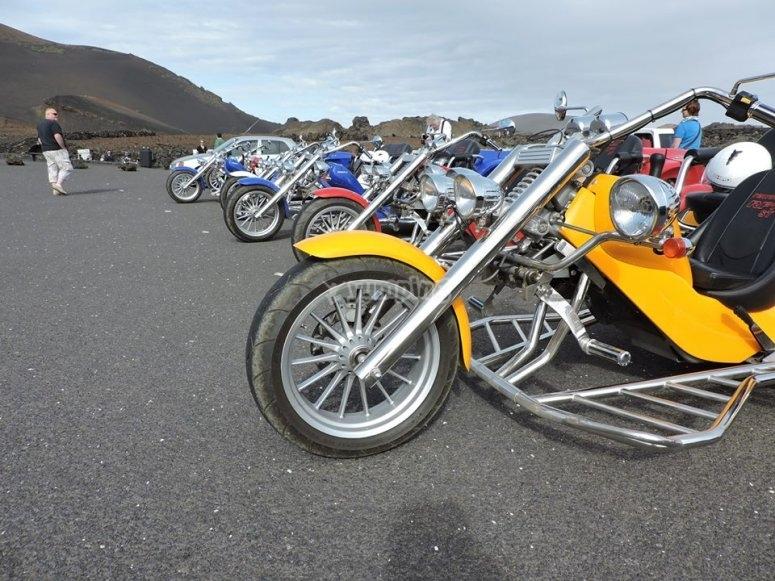 三轮车摩托车停在