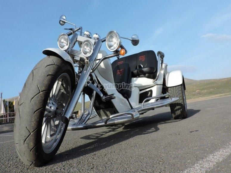摩托车三轮车可容纳3人