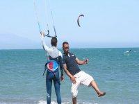 clase de kitesurf en la arena