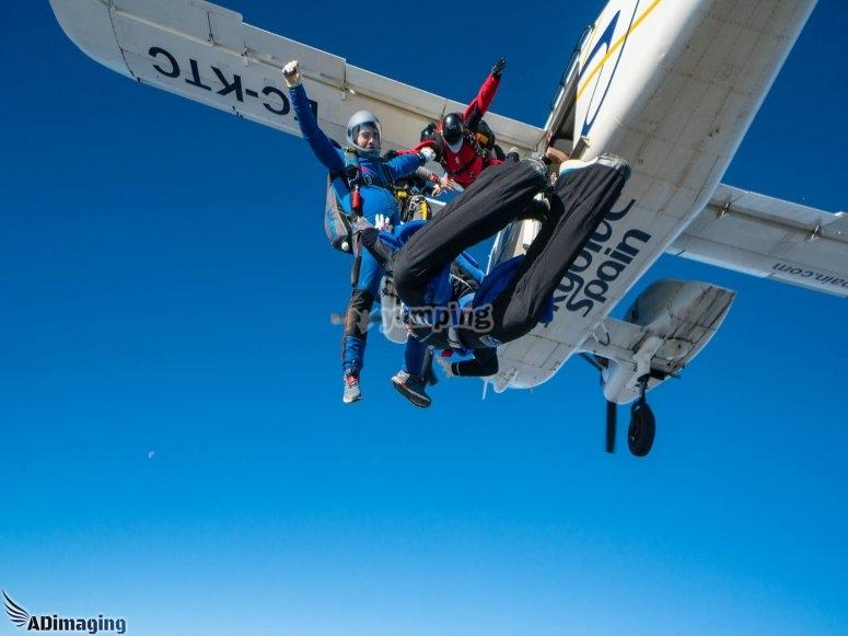从飞机上跳到Bollullos de laMitación的地板