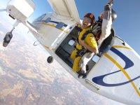 双人降落伞从飞机上跳下来