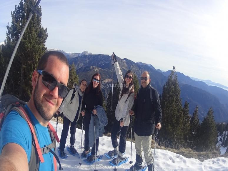 Foto de grupo en la ruta de raquetas de nieve