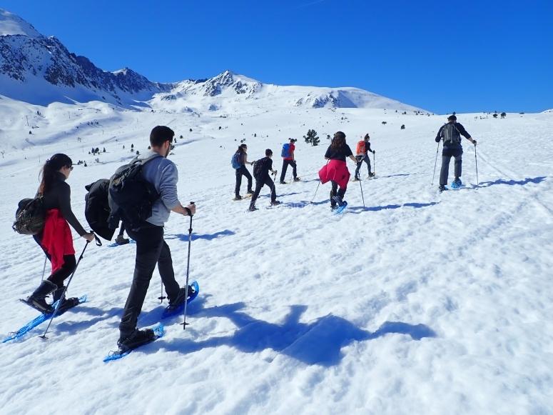 Salida entre amigos con raquetas de nieve