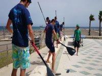 aprendiendo a remar en el paseo maritimo