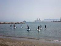 varias personas practicando sup en el mar