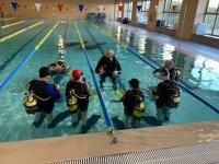 泳池的首次潜水经历