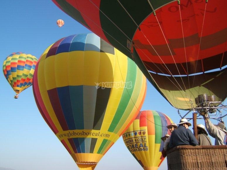 Conjunto de globos surcando los cielos de Córdoba