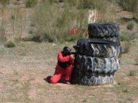 Agazapado tras los neumáticos