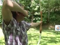 Hombre lanzando flecha