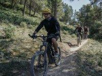 Recorriendo senderos en bicicleta eléctrica