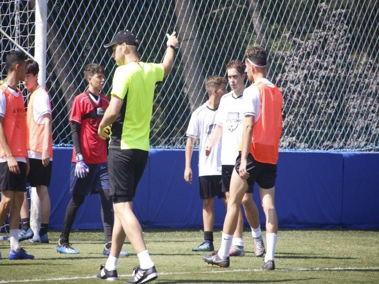 L'allenatore dà istruzioni alla squadra