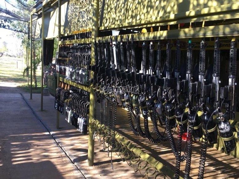 Armas de guerra listas para contienda de paintball en Utrera
