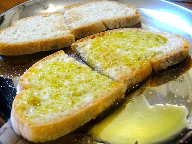 Desayuno con pan y aceite virgen extra