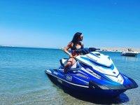 En la orilla sobre la moto de agua