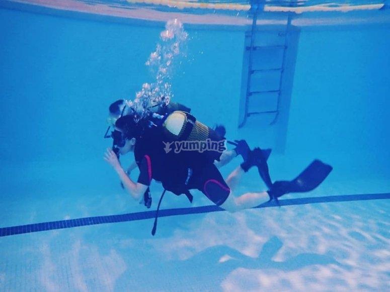 轻松漂浮Valdemoro游泳池