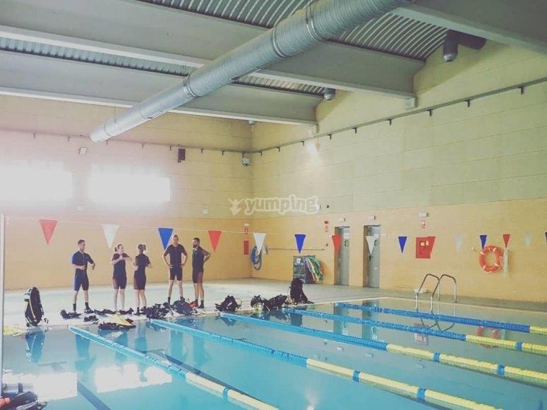 所有准备好进入Valdemoro泳池的浮力