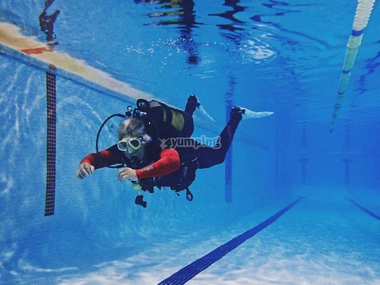 在水下保持平衡