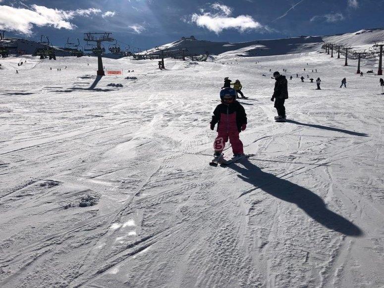 Clase de esquí para niños desde Borreguiles