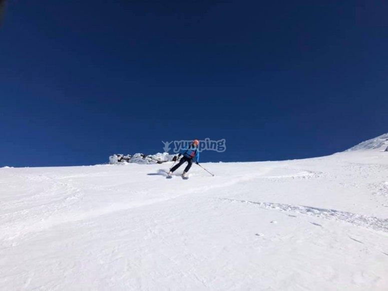 Descendiendo ladera abajo en Sierra Nevada