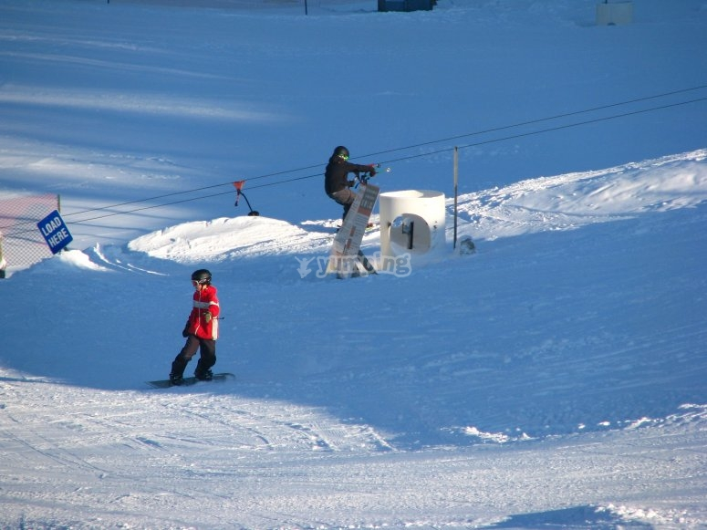 三人制课程单板滑雪的朋友
