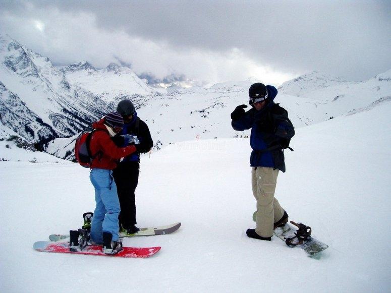 Clase para tres amigos de snowboard