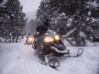 Percorso notturno in motoslitta Los Pirineos 30 min