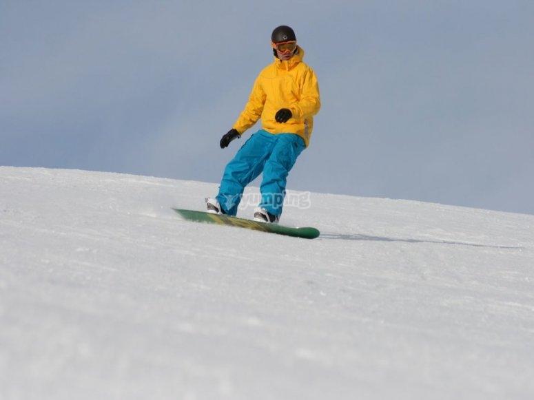 在格拉纳达滑雪坡上下降