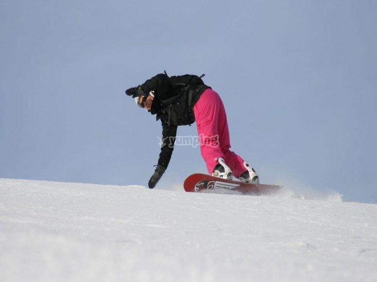 在内华达山脉滑雪坡上下降