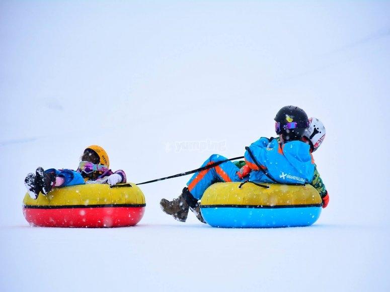 油管日-结合两个浮标并沿着安道尔的雪橇滑行