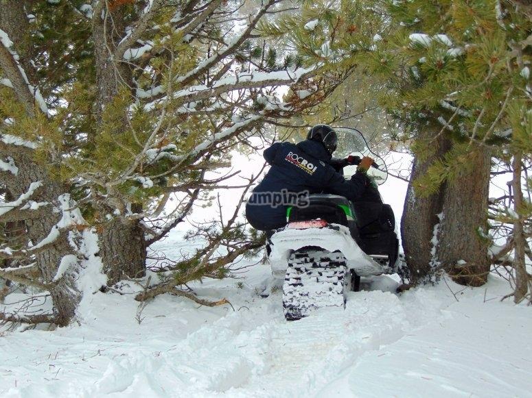 Recorriendo los senderos de Grau Roig en moto de nieve