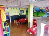 parque infantil con las paredes pintadas