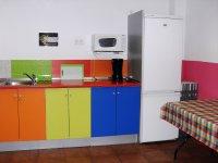 cocina con armarios de colores