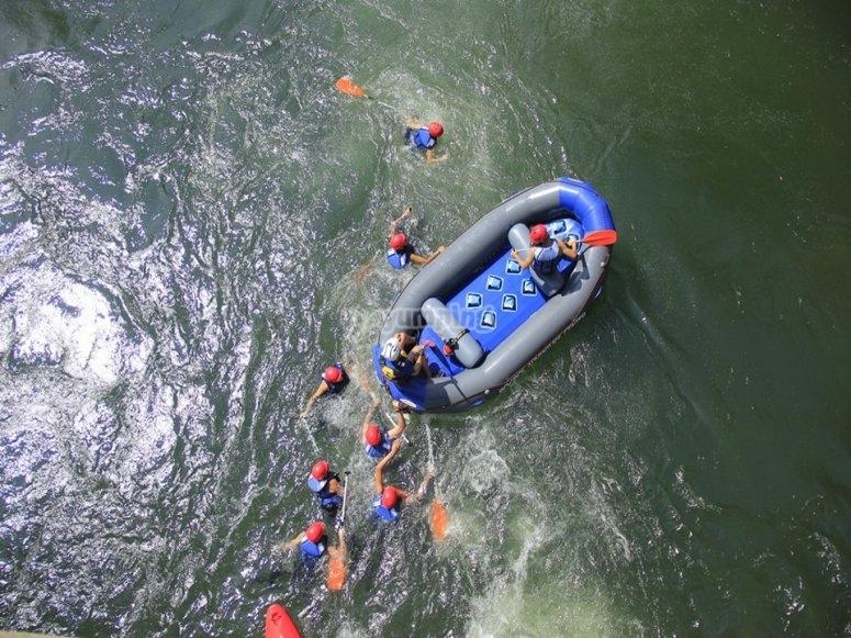 巴尼托(Llavorsí)进行河道下降的家庭探险
