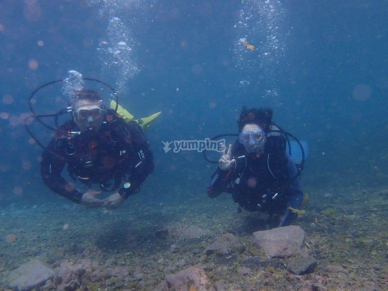 与特内里费岛的教练一起潜水