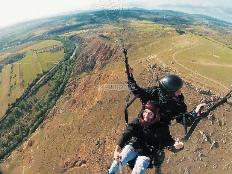 Volo e acrobazie aeree con parapendio Arcones
