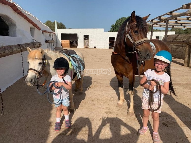 Pequeños jinetes en Menorca