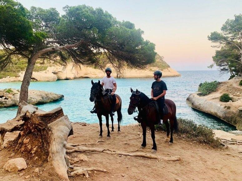Llegando a la Cala Mitjana a caballo